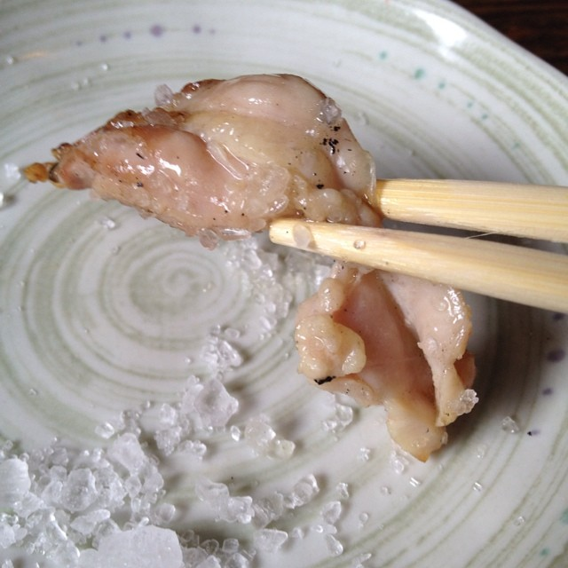 地鶏を岩塩で頂きます