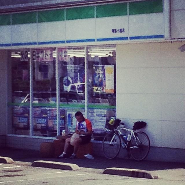 小国のコンビニで会長が弁当食べていました。#audax #like #ロードバイク #brm