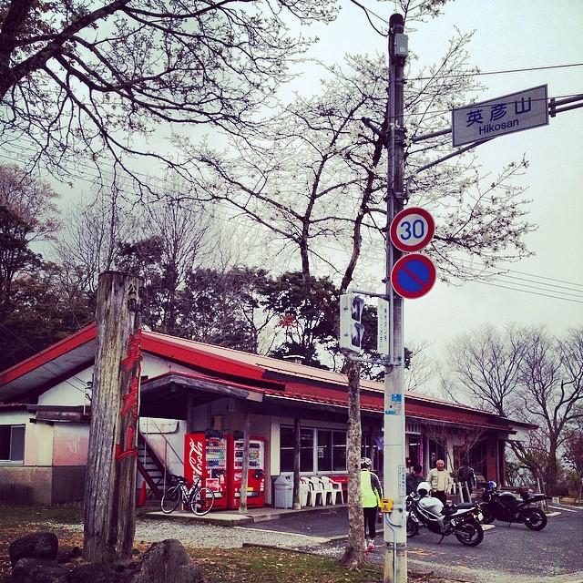 やれやれ、英彦山交番前じゃ。ヒデローさんは上るルート間違えてだいぶ待ったみたい。 #like #ロードバイク